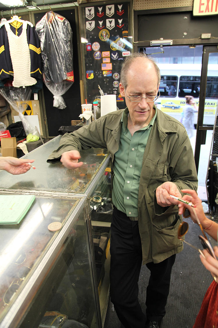 Jim hands out wooden tokens to patrons, which can be redeemed towards purchases in his shop. </br>  ジムさんはお客さんに割引の為の木造コインを渡します。