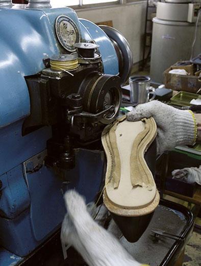 ベテラン職人による素早い出し縫いの作業。