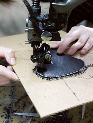 マシンを使ったピンキングの裁断。女性と男性の職人を適材適所に配置。