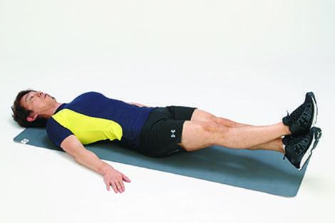 <b>Step 2</b><hr>そのままゆっくりと床すれすれまで脚を下ろす。その際、肩や背中が床から浮かないように注意