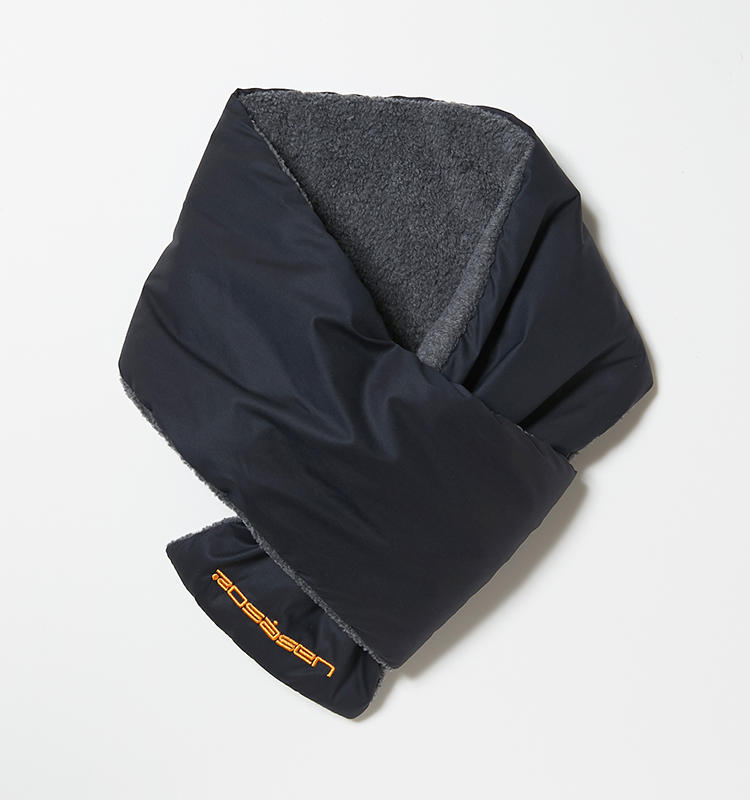 <strong>ロサーセン</strong><br />ネイビーナイロン×グレーフリースという、大人配色のネックウォーマー。派手さを抑えたデザインはタウンユースにも流用できる。6500円(グリップ インターナショナル)