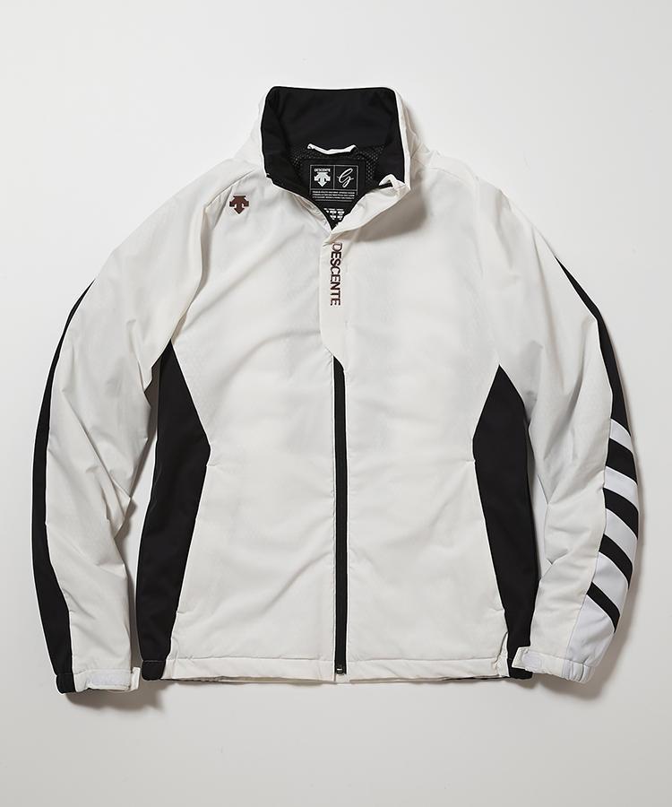 <strong>デサントゴルフ</strong><br />保温性のある中綿「ヒートナビ」や通気性のある中綿「ポーラテックα」を独自に配置することで、暖かくて動きやすく蒸れにくい理想のジャケットが完成。効率よく温めてパフォーマンスを引き出してくれる。はっきりした白黒配色も、ミドルの体型をシャープに演出。4万9000円(デサントジャパンお客様相談室)