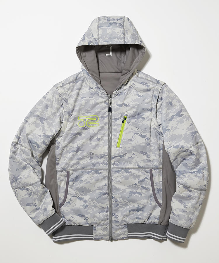 <strong>ロサーセン</strong><br />袖も外せるリバーシブルパーカは、裏返したり袖を外したりすれば、計6通りもの着こなしが可能。デジタルカモフラージュ面・無地面ともに、素材はシャカシャカと子どもっぽい音がしないソフトなストレッチ素材。吸湿発熱の中綿もほっとする暖かさだ。3万5000円(グリップ インターナショナル)