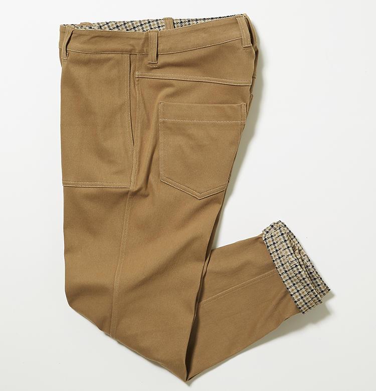 <strong>ロサーセンの無地面</strong><br />裏返せばペインターパンツ風のカジュアルパンツに早変わり。裾は折り返してチェック柄を覗かせても洒脱。コーディネートが広がるリバーシブルパンツは、ゴルフ旅行などに重宝しそう。