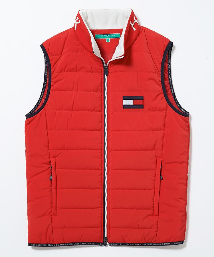 <strong>トミー ヒルフィガー ゴルフ</strong><br />旅行などに携行しやすい、収納袋付きのパッカブルベスト。蓄熱保温性に優れた中綿「コンフォーテンプ」が薄くまんべんなく充填されているため、すっきりした見た目とは裏腹にしっかり暖か。襟元内側にはフリースがあしらわれ、肌が弱い方も安心だ。2万2000円(ヤマニ)