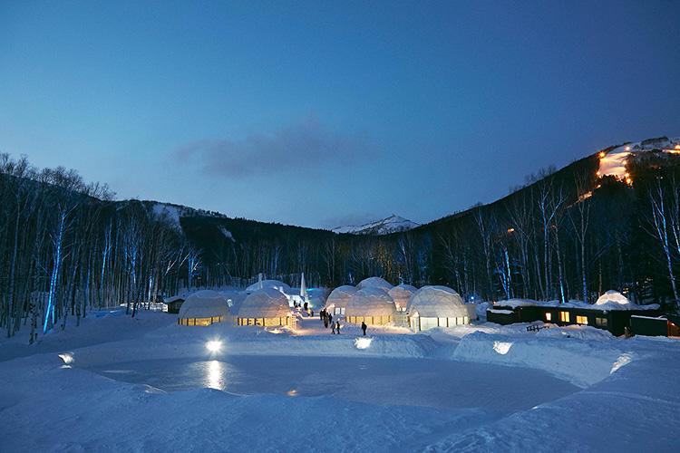 アイスヴィレッジの外に広がる氷のスケートリンク。