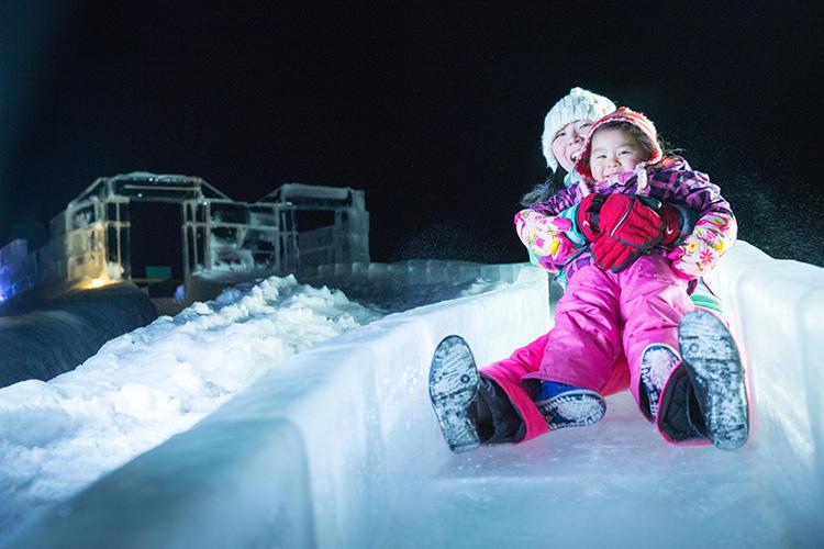 まだスキーが出来ない子どもも大喜び、氷の滑り台。