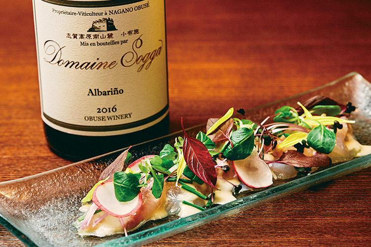 <b>繊細な果実味と酸味に柑橘系の風味を合わせる</b><hr>小布施ワイナリー ドメーヌ・ソガ アルバリーニョ2016(6480円)には「鮮魚のカルパッチョレモン風味」(1300円)を。元はスペインの固有品種ながら日本でも栽培され、繊細な果実味とすっきりと爽やかな味わい。甲州とも似ており、白身魚とも相性は良い。白醤油や米酢、レモンや柚子、かぼすを隠し味に使うとよりマッチ。