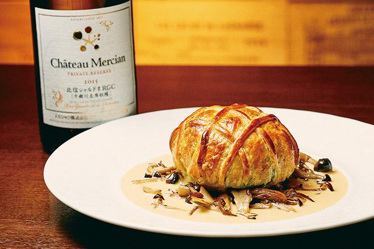 <b>樽熟成のふくよかな味わいにはこってり系のクリームも</b><hr>シャトー・メルシャン 北信シャルドネ2015(1万2800円)は樽熟成をしているので、酸味が落ち着いた、厚みのあるシャルドネの味わいが特徴。味がしっかりしているのでコクのある料理にも負けないため、「帆立貝のムースとサーモンのパイ包み焼き ヴァンブランソース」(2500円)のサーモンやホワイトクリームも引き立たせてくれる。