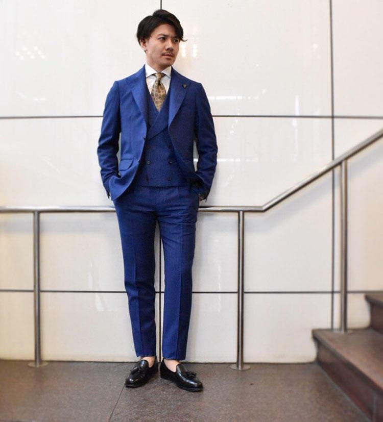 モデナの怪人こと「Gabriele Pasini」 のスリーピーススーツ。ジャカード×ストライプとエッジの効いた素材使いがポイント。