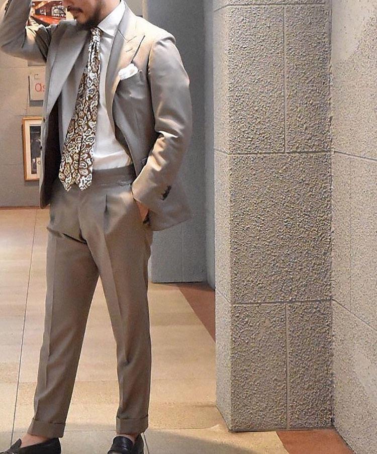 Brookカスタムオーダーのスーツ。素材は伊ナポリの生地商「Cacciopolli」社からベージュのギャバジンをチョイス。