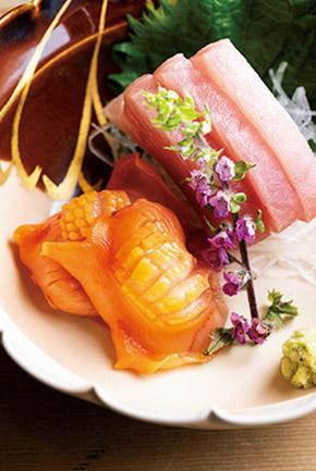 「素材こそ命」を忠実に守り、メニューには旬の素材を使った刺身、焼物、煮物、揚げ物など、丹精込められた素朴な料理が並ぶ。今の時季なら、寒鰤の刺身や鴨の治部煮がお勧めだ。