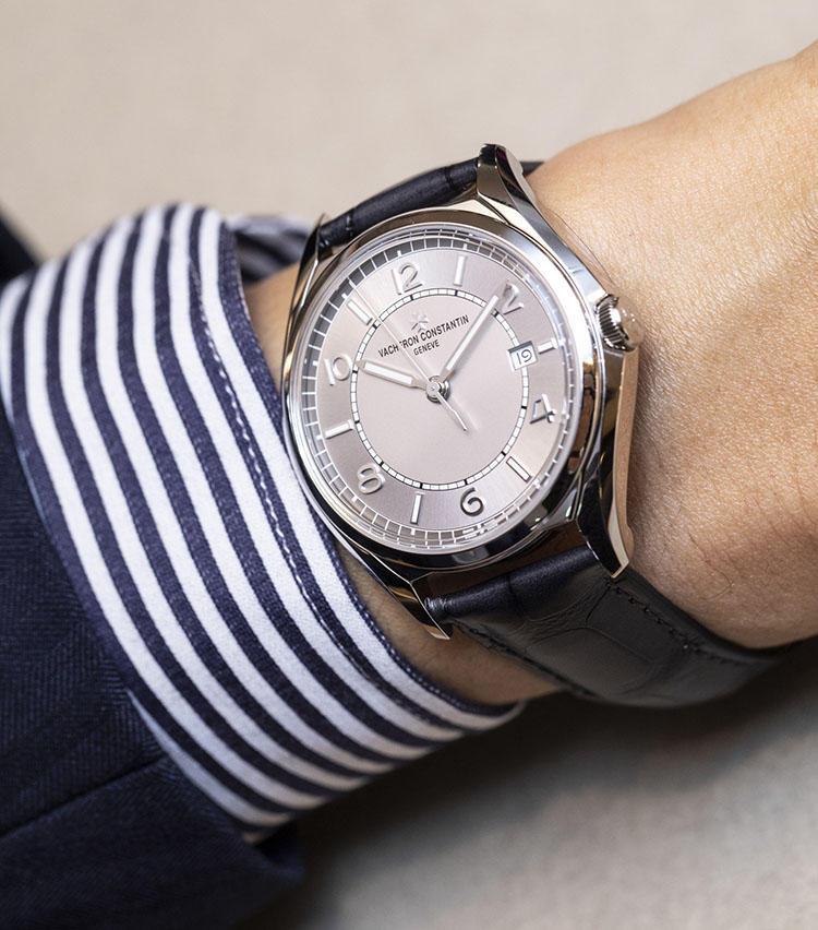 <b>ヴァシュロン・コンスタンタン<br>フィフティシックス</b><br>「1956年発表の自社モデルをベースにした新作です。名門ブランドのドレスウォッチが100万円台前半で手に入ることから、今時計ファンの間でたいへん話題になっている1本です」