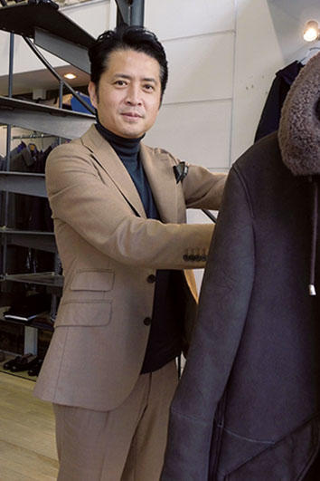 <b>Good Owner!</b><hr style='margin-bottom: 20px'>1971年生まれの田野社長。ひと月の半分は自らが店頭に立ち、接客にあたる。直観力に優れた伊達な経営者である。