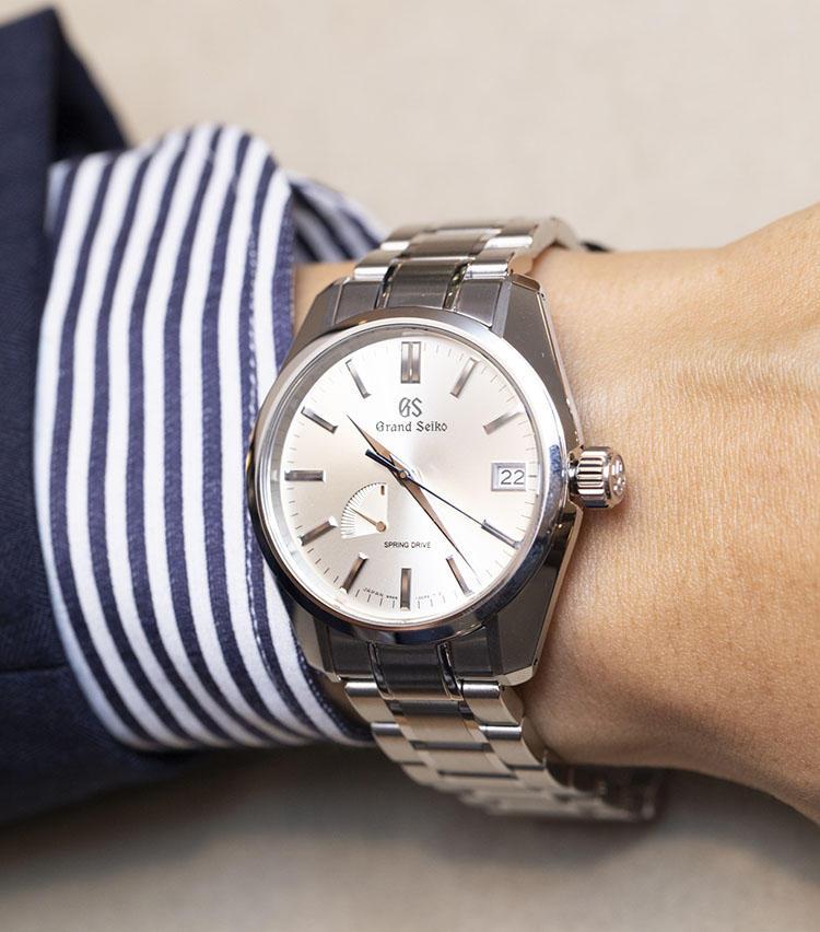 <b>グランドセイコー<br>SBGA373</b><br>まさに多くの日本人の腕に違和感なくぴったりな王道サイズ。国産・海外を問わず、どのブランドも製品が充実しているため、モデル選びの選択肢が豊富なのも嬉しい。こちらは国産高級腕時計の雄・グランドセイコー。