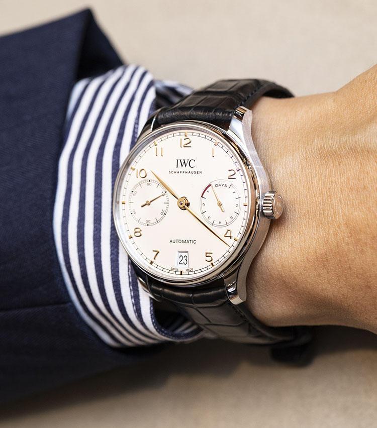 <b>IWC<br>ポルトギーゼ オートマティック 7days</b><br>欧米ではスタンダードとも言うべき比較的大型のサイズ。存在感のあるダイナミックなモデルが多く、「いい時計を買った!」というワクワク感はひとしお。こちらはロングパワーリザーブを誇るIWCの人気モデル。