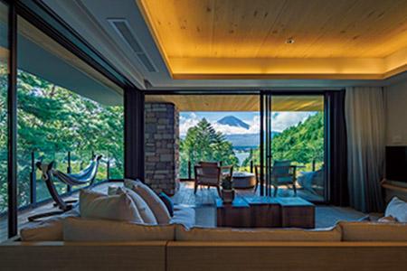 客室は全32室。4階にある「ふふ ラグジュアリープレミアムスイート」では富士山溶岩石を使った露天風呂と岩盤浴を完備。