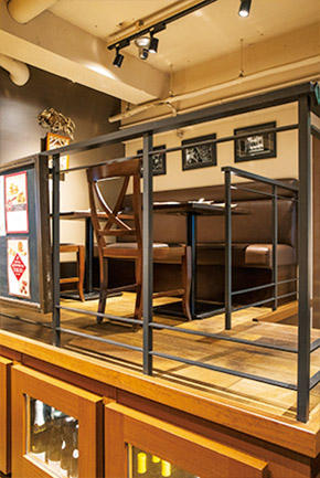 カウンター席のほかにテーブル席や個室の用意もあるので用途に応じて使い分けたい。