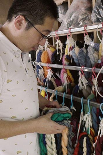 3代目となる、1983年生まれの菊池専務取締役。中学生の頃には、糸の染色なども手伝い、自分で生地づくりを覚えた。