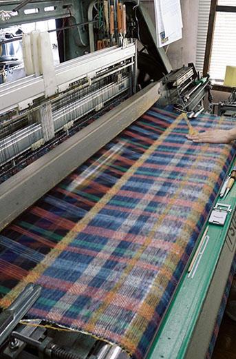 冴えた色で個性を放つチェック柄。150本の糸をひと柄の格子に織り込む。