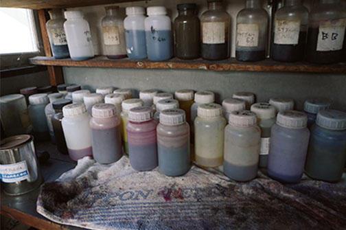 工場の隣には染色工房も備える。様々な染料を使い、サンプルの色糸をつくって実験する。