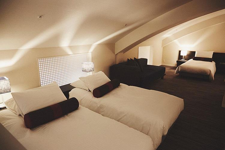 メゾネット2階の寝室スペースには、4つのベッドを用意。