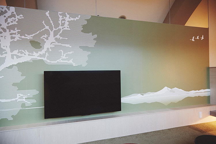 テレビが配置された壁面には、磐梯山など会津の景色が描かれている。