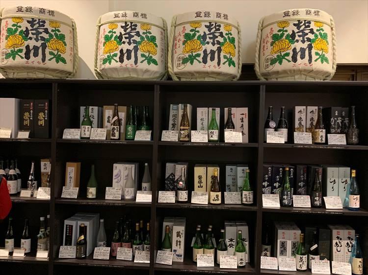 BARの中の日本酒コーナーには、地元の酒造から集められたたくさんの日本酒がラインナップ。部屋飲み用にも、お土産用にも、いろいろ迷いながら調達したい!