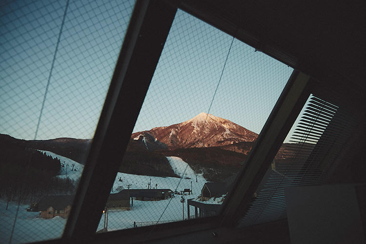 傾斜した窓からは、すぐに「アルツ磐梯スキー場」のゲレンデが見渡せる。