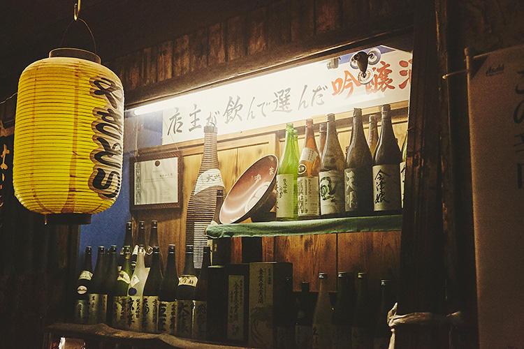 店の外にも、オススメ日本酒の瓶がずらり。
