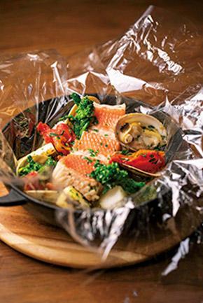 「金目鯛のパピヨット」(3800円/税サ別)。包みを開けた途端にハーブが香り、アサリの出汁を利かせたスープがじわりと五臓六腑に染みわたる。