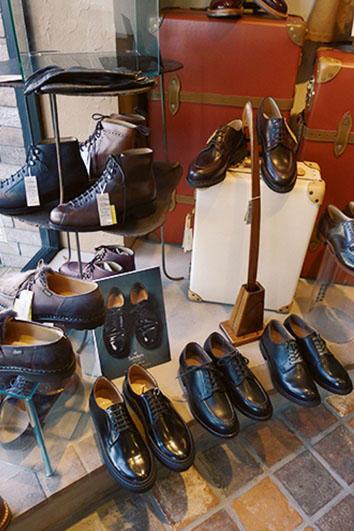 """様々なドレスシューズがディスプレイされている。「サンダース」や「パラブーツ」、「ジャコメッティ」など、「なとりや」の御眼鏡にかなう""""良靴""""が充実している。"""