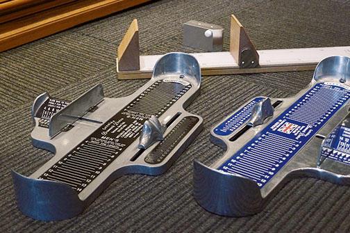 顧客の記憶に頼らずに、足を採寸し間違いないサイズ提供が「なとりや」のスタイル。アメリカとイギリスサイズのゲージのほか、足型を描く特殊な器具も用意。
