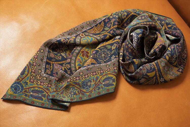 柄の緻密さが見事な、エミスフェールのシルクスカーフ。35年間、愛用の一品である。