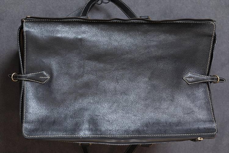 マリタリアーティのバッグ。大きく開いた上面はレザーのカバーで覆うことができるスグレモノだ。
