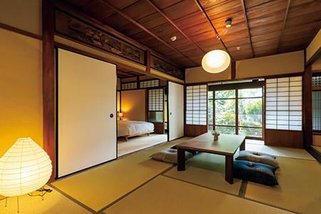 客室は全8室。築100年の風合いを活かしつつ、ベッドや水回りには快適さを追求。檜が香る風呂で酒粕風呂も楽しめる。