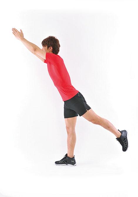 <b>Step 2</b><hr>ゆっくりと両腕を前方に伸ばすと同時に片脚を後ろに伸ばす。この時に、背中の筋肉をしっかりと使うように意識