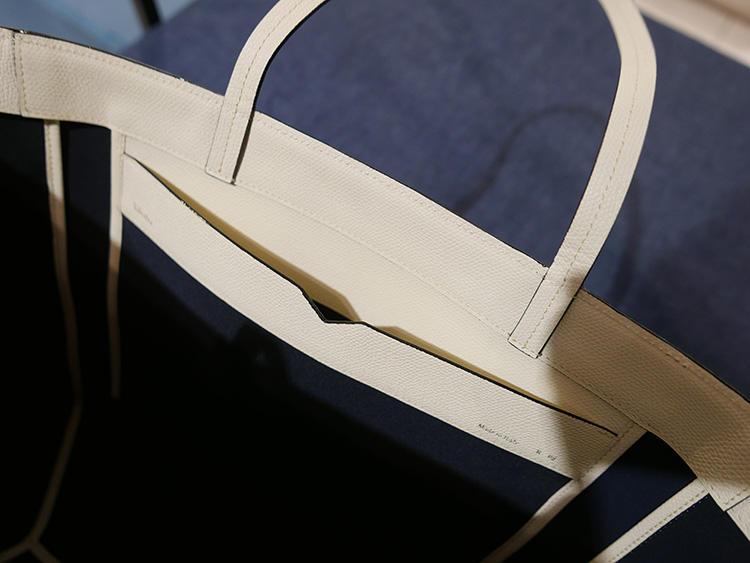 内側ポケットの上縁には、お財布などと同様に、ヴァレクストラらしいカッティング。