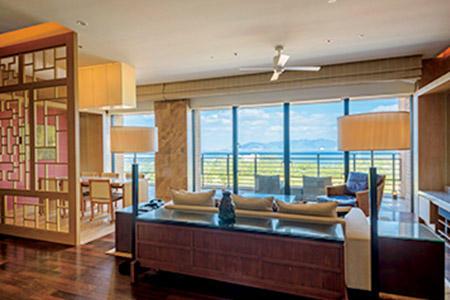 沖縄でも最も美しいといわれる名護湾を一望できるザ・リッツ・カールトンスイート。