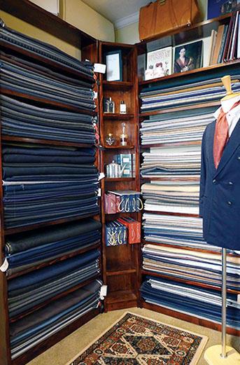 店内を飾る生地棚。ビンテージを含め、服好きの琴線に触れる味のある生地が目立つ。柄物はすべてナポリで入手。無地は、日本で仕入れたものも用意。ランバルディ教授が愛用した、手前のネイビージャケットが象徴的だ。