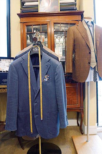 日本ではこの店だけで展開される「ピッチリッロ」の仕立て服。素朴な風合いに巧みな技が潜むシングルのジャケットで、肩入れの感じは抜群だ。3 〜 4 ヶ月で仕上げるMTMの他、仮縫い付きのオーダーメイドも展開する。
