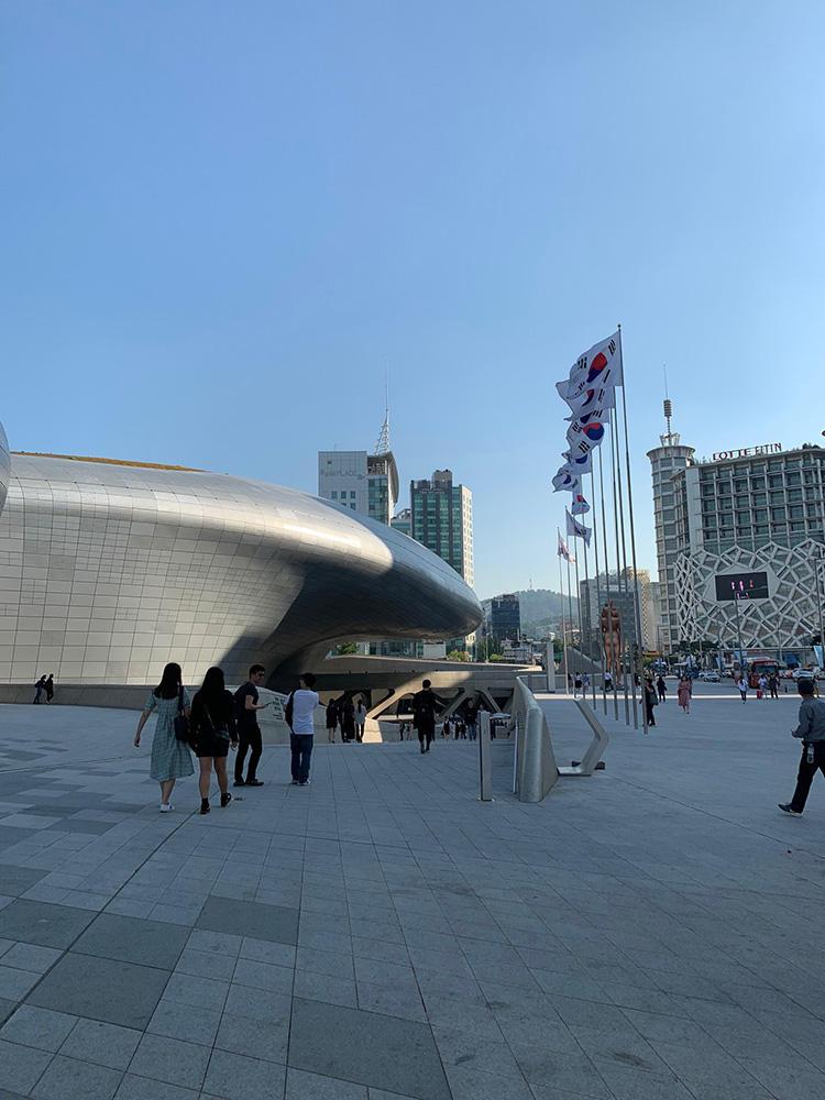 会場となった「DDP」。故ザハ・ハディド氏による曲線的な屋根のデザインが印象的。