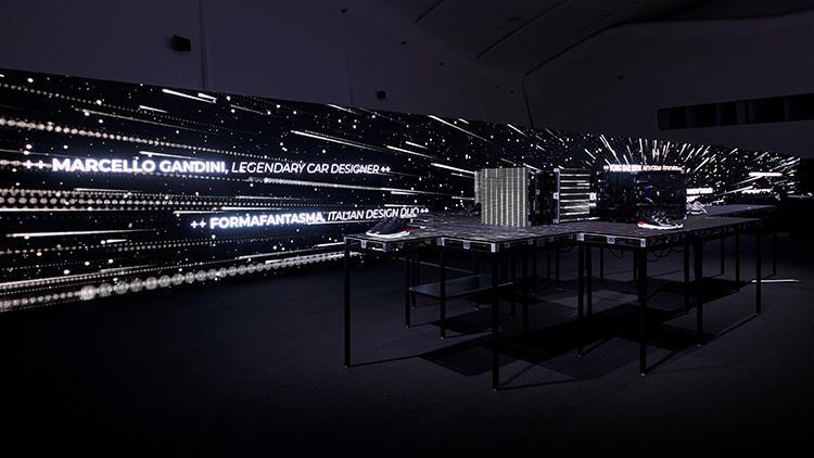 壁のスクリーンにも、たくさんのデジタル画像やメッセージが映し出された。