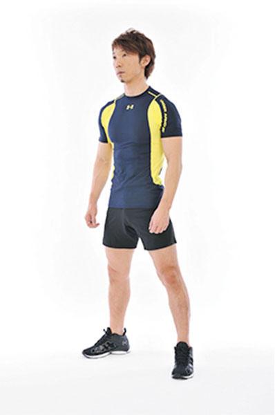 <b>Step 1</b><hr style='margin-bottom: 20px'>足を肩幅に開き、背すじを伸ばして立つ。