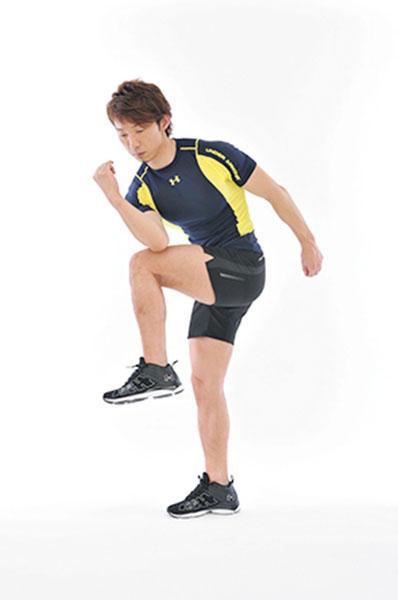 <b>Step 2</b><hr style='margin-bottom: 20px'>身体をしっかりとねじりながら太ももを高く上げて、右ひじと左膝をくっつけるように合わせる。
