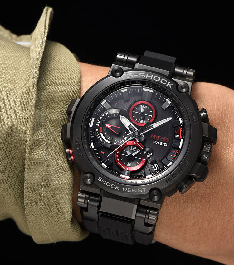 <strong>この選択もあり!</strong><br>ブラックメタルケースに樹脂ストラップを装着した「MTG-B1000B-1AJF」は、一層スポーティさがアップ。休日中心の時計選びならこちらがうってつけ。