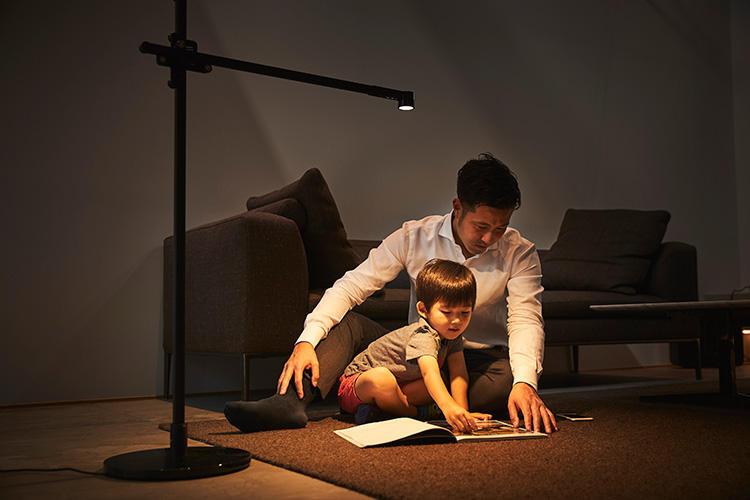 光を暖色系に設定すれば、夜も自然な明るさで団欒できる。t