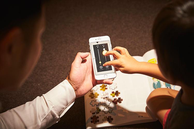 照明のON、OFF切り替えのほか、明るさや色みもスマホ上で操作可能。子どもがスマートフォンを簡単に操る今の時代、こうしたアプリ操作を通じての親子コミュニケーションにも◎。