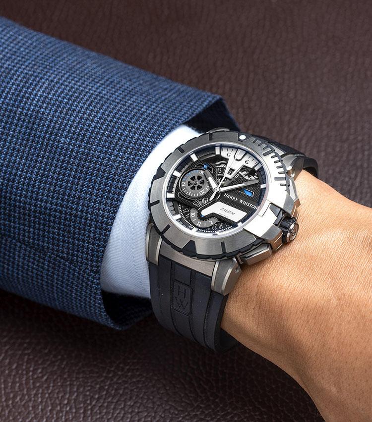 <b>ハリー・ウィンストン<br>HW オーシャン スポーツ・クロノグラフ リミテッドエディション</b><br>「最高級ジュエラーの印象も強いブランドですが、超複雑系の機械式時計も多く発表しています。こちらは力強いモダンデザインのクロノグラフ。ケースに採用した軽量・硬質・アレルギーフリーの特殊素材ザリウムは、医療用メスにも用いられるため医療関係のお客様だとご存じのことも。」