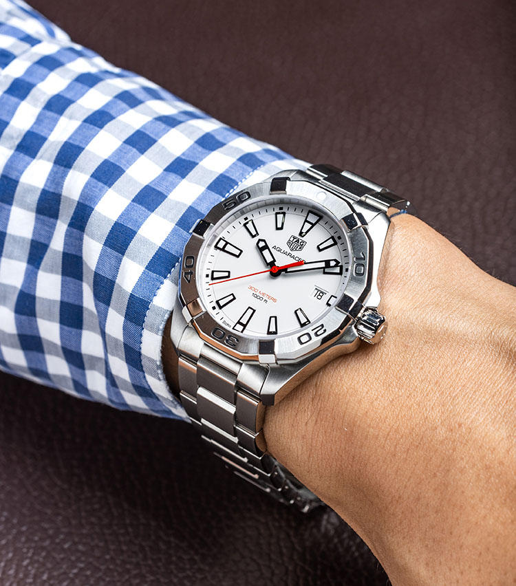 <b>タグ・ホイヤー<br>アクアレーサー クォーツ</b><br>「アンダー20万円ながら300m防水とコスパは抜群。高級ダイバーズの入門機としてもぴったりのモデルです。ホワイトをベースにしたシンプルなデザインなので、長く飽きずに使っていただけます。清潔感があるので、結納返しの腕時計としても人気がありますよ」
